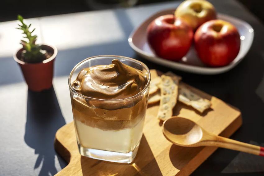 Cà phê Dalgona mang đến sự thú vị trong quá trình thực hiện và hương vị mới lạ khiến nhiều người yêu thích