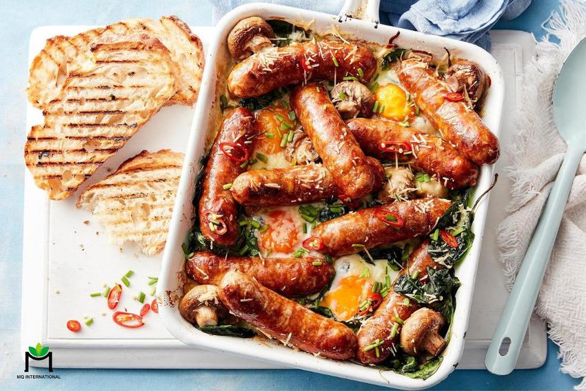 Xúc xích là một trong những thực phẩm kết hợp hương thịt tự nhiên nhằm tăng mùi vị và kết cấu