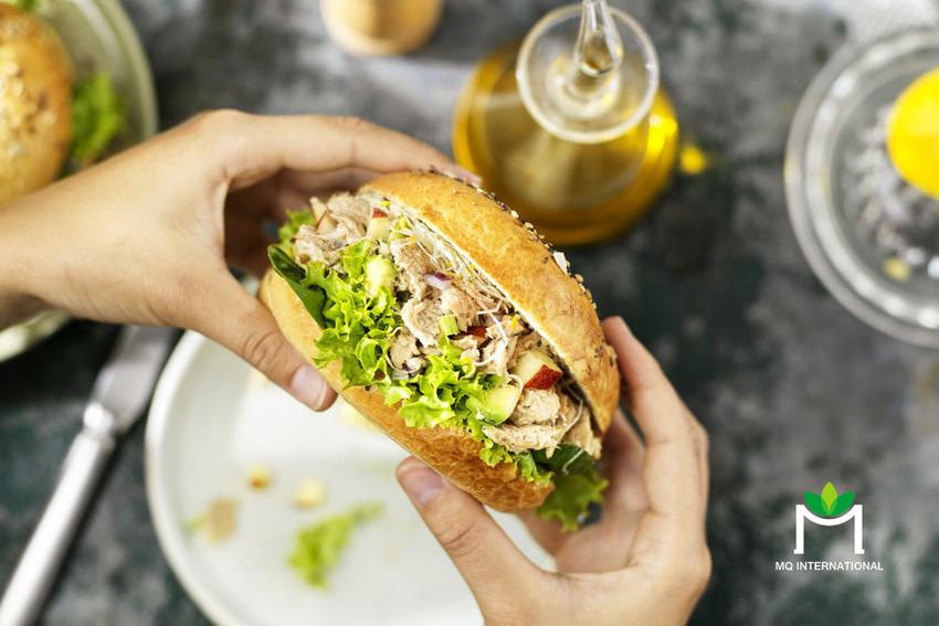 Vuna có thể dùng kèm salad với giá trị dinh dưỡng gần như tương đương thịt cá ngừ tự nhiên