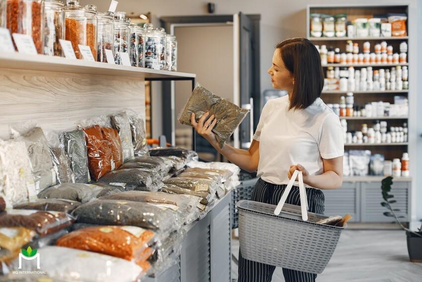 Empowered activist quan tâm đến các sản phẩm thân thiện môi trường và bảo vệ sức khỏe